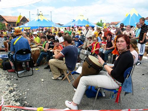 Zum Trommlertreffen bei Kultur vom Rande 2005 kamen 700 Trommler.