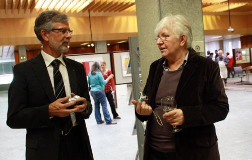 Philipp Licht, Kommunikationsleiter der Kreissparkasse Reutlingen, im Gespräch mit Elisabeth Braun. Foto: Gerhard Schindler