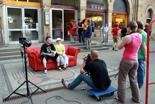 Heute stand Andreas Reiners' Sofa vor dem Reutlinger Hauptbahnhof... Foto: Gerhard Schindler