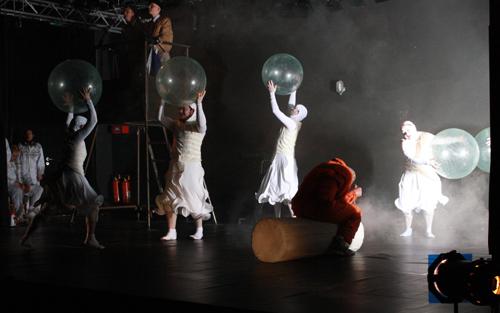 """""""Über den Wolken"""", Theater Die Blindgänger. Foto: Gerhard Schindler"""
