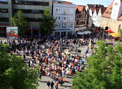 Der Reutlinger Marktplatz fast von oben - mit freundlicher Unterstützung von Modehaus Zinser. Foto: Gerhard Schindler