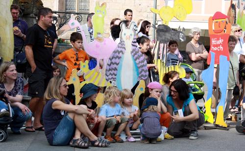 Begeisterte Zuschauer zwischen Kunst-Gestalten. Foto: Gerhard Schindler