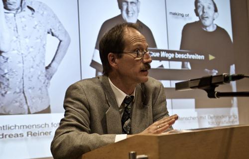 Thomas Becker, vhs Reutlingen, eröffnet die Ausstellung SichtlichMensch. Foto: Alex Müller