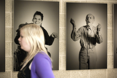 Bilder der Ausstellung SichtlichMensch hängen im 1. und 2. Stock der vhs. Foto: Alex Müller