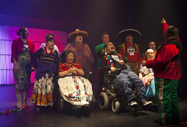 """""""Frida Kahlo – eine reigenhafte Kahlografie über das Leben"""" heißt das 7. gemeinsame Stück vom Theater Reutlingen Die Tonne mit den BAFF-Darstellern. (Foto: Karen Schultze)"""