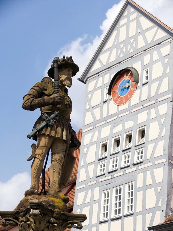 Das Standbild von Kaiser Maximilian II. auf dem Reutlinger Marktbrunnen. Die Tanzgruppe StrandGut erweckt es zum Leben. (Foto: Ulrich Franz)