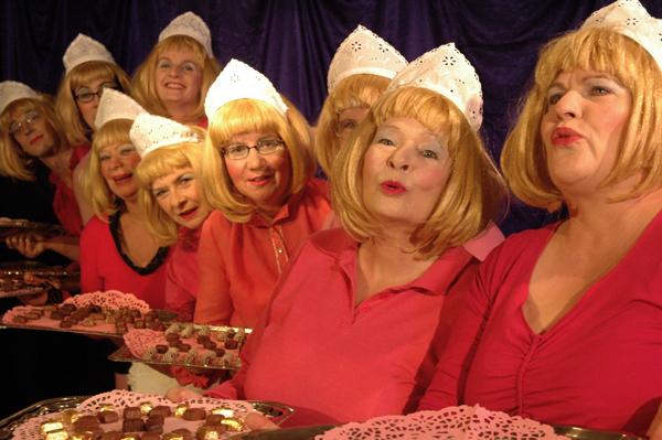 """Süßsein ist nicht alles im Leben, aber es kann ordentlich Spaß machen: die """"Süßen Frauen"""" des Blaumeier-Ateliers. (Foto: Marianne Menke)"""