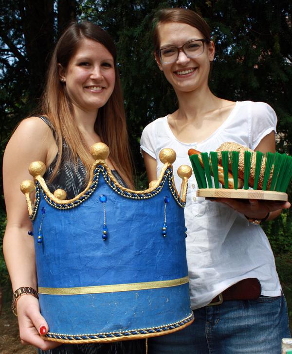 Lena Silber (links) und Désirée Lempart mit Objekten der Design-Ausstellung. [Foto: Gerhard Schindler]