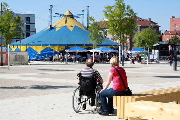 Auf zur Eröffnung im Festival im Bürgerpark bei der neuen Reutlinger Stadthalle. [Foto: Gerhard Schindler]