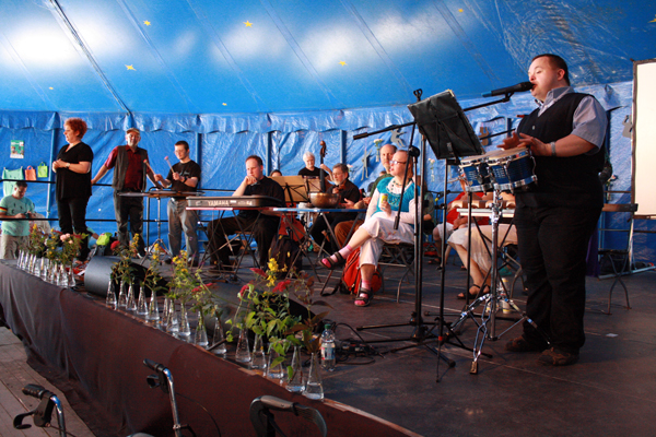 """Eigenes Stück der Accompagnato-Musiker zum Festival-Motto """"Überall und irgendwo"""". [Foto: Gerhard Schindler]"""