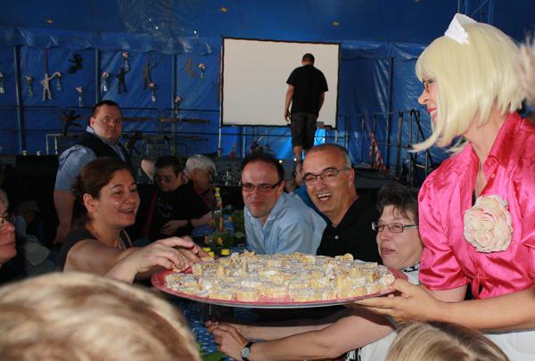"""Die """"Süßen Frauen"""" des Blaumeier-Ateliers sorgten für gute Laune beim Festival-Empfang. [Foto: Gerhard Schindler]"""