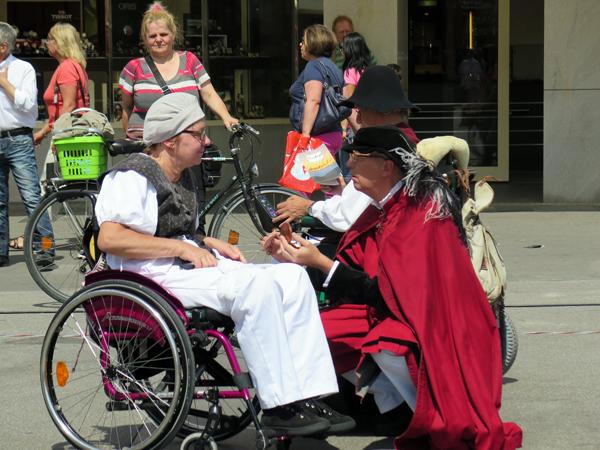 """Die Tanzgruppe StrandGut aus Basel mit """"Max als Newcomer"""" auf dem Reutlinger Marktplatz. [Foto: Elisabeth Braun]"""