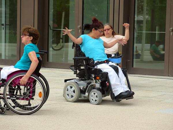 Tanz-Flashmob der Tanzgruppe StrandGut an der Reutlinger Stadthalle. [Foto: Elisabeth Braun]