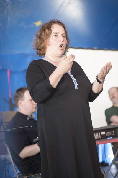 Birgit Astfalk übersetzte in Gebärdensprache. [Foto: Katharina Meier]