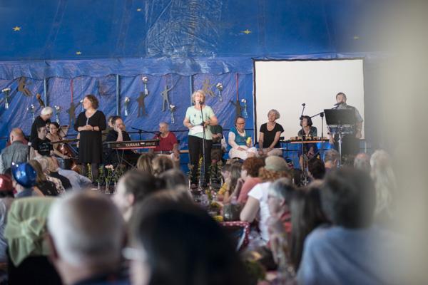 Zur Eröffnung war das Festivalzelt voll. [Foto: Katharina Meier]