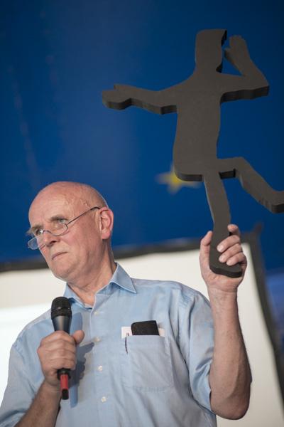 Pfarrer Lothar Bauer, Vorstandsvorsitzender der BruderhausDiakonie, mit dem Logo-Männle vom Festival 2005. [Foto: Katharina Meier]
