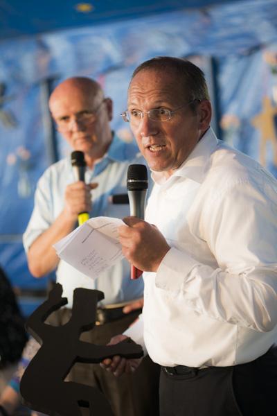 Martin Keller, Vorsitzender der Lebenshilfe Reutlingen, mit dem Logo-Männle vom Festival 2011. [Foto: Katharina Meier]