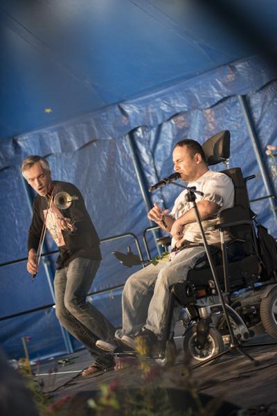 Seyyah Inal singt, Michael Schneider spielt (beide vom Theater Reutlingen Die Tonne). [Foto: Katharina Meier]