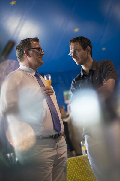 Die Festival-Eröffnung bringt Bundes- und Kommunalpolitiker miteinander ins Gespräch. [Foto: Katharina Meier]