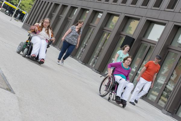 Tanz-Flashmob der Tanzgruppe StrandGut an der Reutlinger Stadthalle. [Foto: Bastian Rittmann]