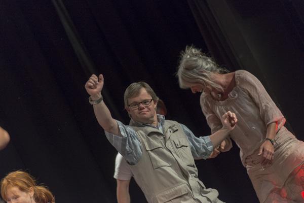"""3 Geschichten über Freundschaft"" von der ""Ich bin O.K. Dance Company"". [Foto: Bastian Rittmann]"