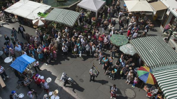Die Elefantis sorgten für Stimmung auf dem Reutlinger Wochenmarkt. [Foto: Alexander Müller]