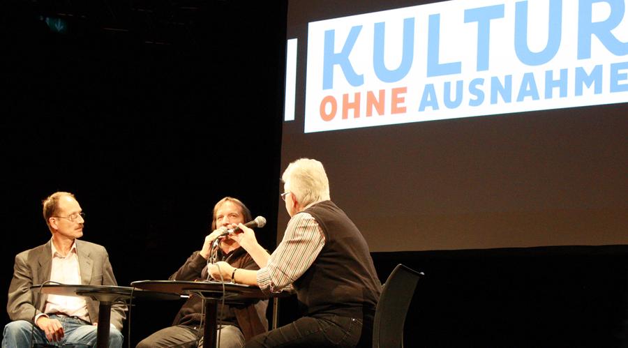 """Thomas Becker (vhs Reutlingen, links) und Andreas Roth (Kulturzentrum franz.K) verraten Elisabeth Braun ihre Vorstellungen von """"Kultur ohne Ausnahme"""". [Foto: Gerhard Schindler]"""