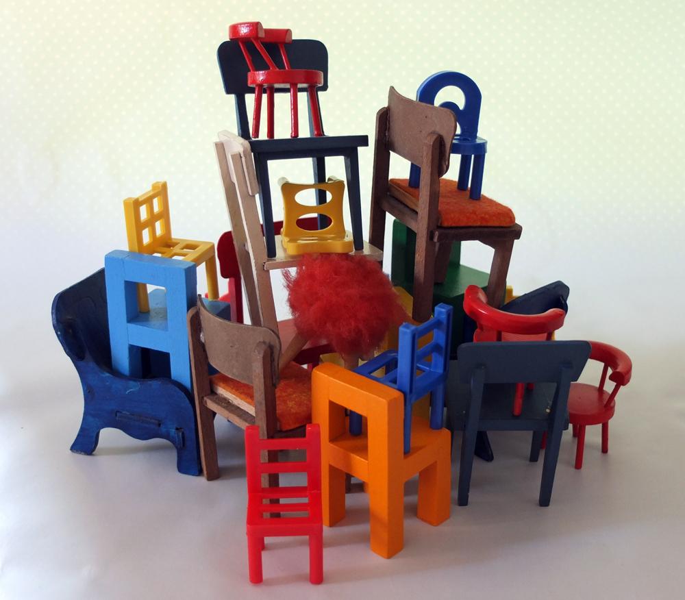 Mit Stühlen wird kreativ umgegangen. (Foto: Herbert Henes)