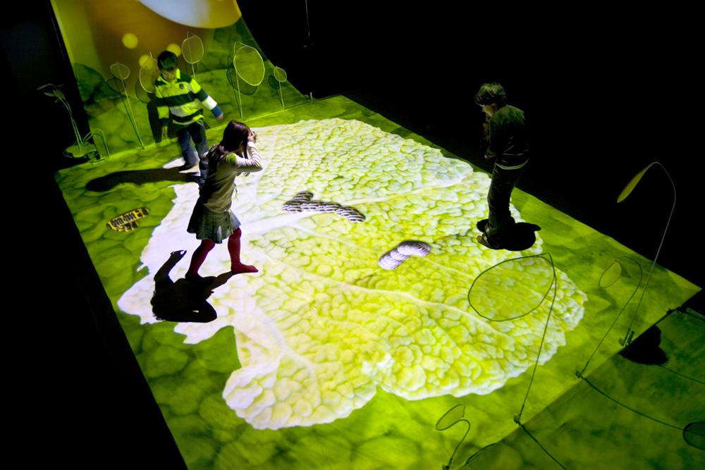 """Die interaktive Spielwiese von """"Farfalle"""" reagiert mit Sensoren auf die Bewegungen der Teilnehmer."""