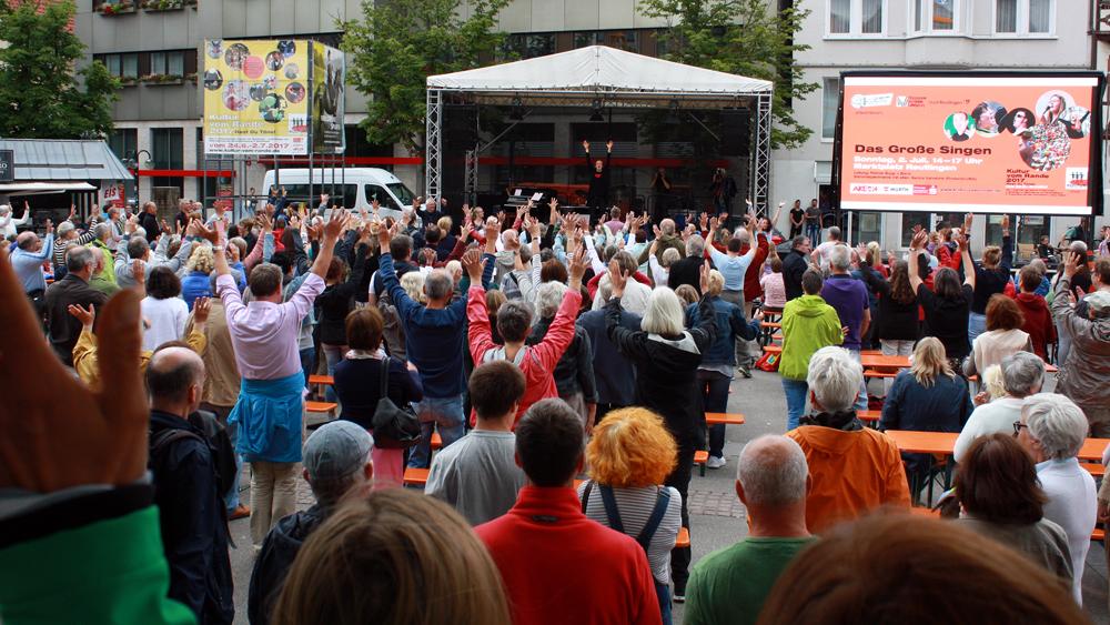 Hände hoch! Was Sanna Valvanne auf der Bühne vormacht, nimmt das Publikum begeistert auf. (Foto: Gerhard Schindler)