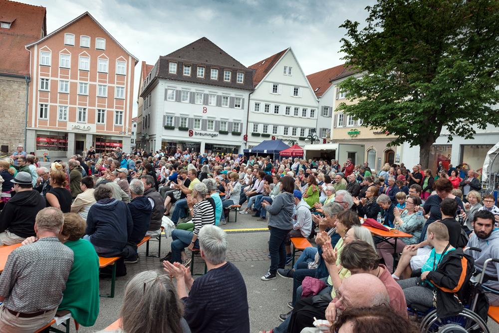 Der Reutlinger Marktplatz füllt sich mehr und mehr. (Foto: Alexander K. Müller, media&more)