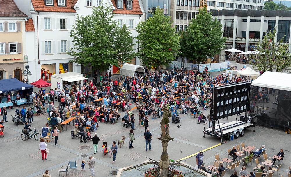 Der Reutlinger Marktplatz – hier zu Beginn des Großen Singens – füllte sich zunehmend. (Foto: Alexander K. Müller, media&more)