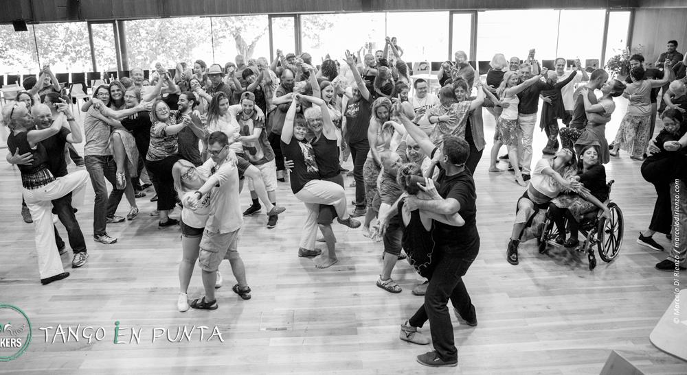 Ein ganzer Saal voller Tanzpaare beim Tango